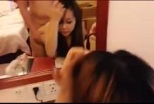 วัยรุ่นนักศึกษาตั้งกล้องเย็ดกันหน้าโต๊ะกระจกแฟนสาวสุดสวย