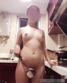 แฟนสาวนักศึกษาถอดเสื้อผ้าทำอาหาร