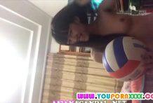 คลิปนักกีฬาวอลเลย์บอลสาวมอปลายถอดเสื้อผ้าโชว์ในบ้านน่ารักน่าเย็ด