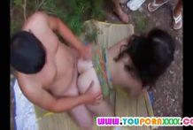 คลิปสวิงกิ้งสาวใหญ่ในป่าโดนผัวชวนเพื่อนมารุมเย็ดเมียโคตรเด็ด