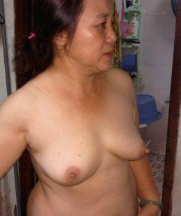 รูปหีxxxสาวใหญ่ทางบ้านไทยนอนรอผัวมาเย็ด