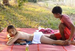คลิปโป๊ทางบ้านเด็ดๆ xxxมาใหม่2563 น้าสาวพาหลานชายไปนวดในสวนของจริงสงสัยจะเงี่ยน