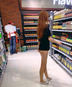 สาวเดินเปิดตูดโชว์ในห้างดัง