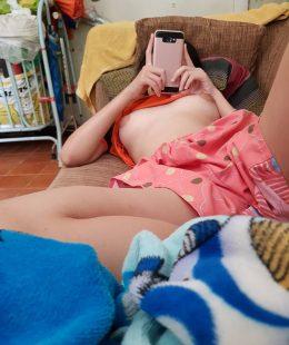 รูปโป๊แนวบ้านๆ ถ่ายน้องสาวกำลังนอนเล่นมือถือ